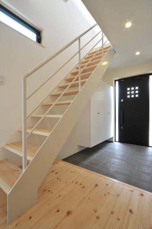玄関ホール: 若山建築設計事務所が手掛けた廊下 & 玄関です。