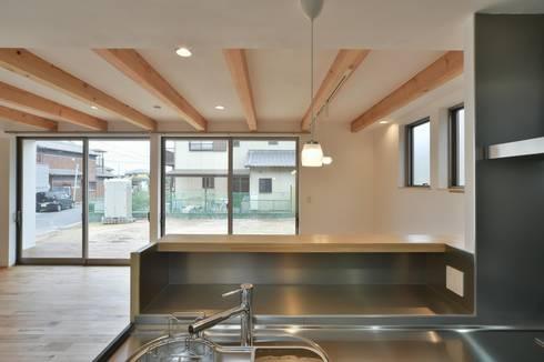 キッチン: 若山建築設計事務所が手掛けたキッチンです。
