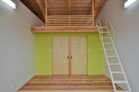 子供部屋: 若山建築設計事務所が手掛けた子供部屋です。