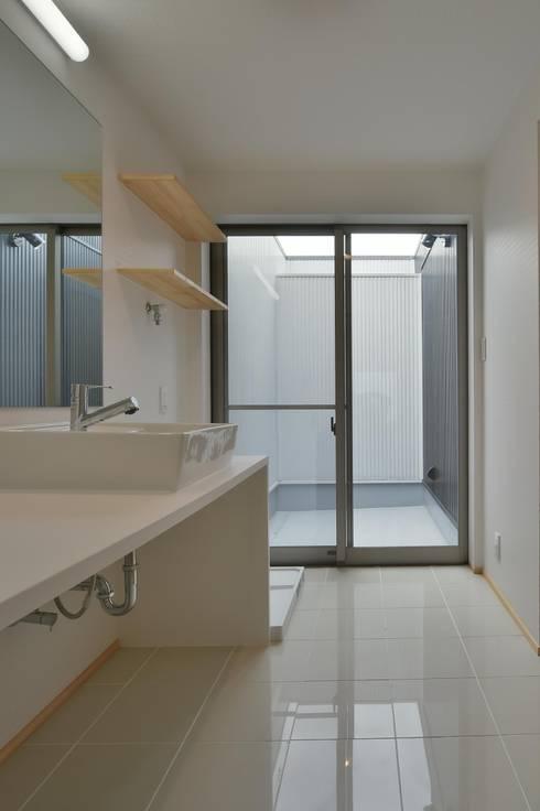 洗面脱衣室: 若山建築設計事務所が手掛けた浴室です。