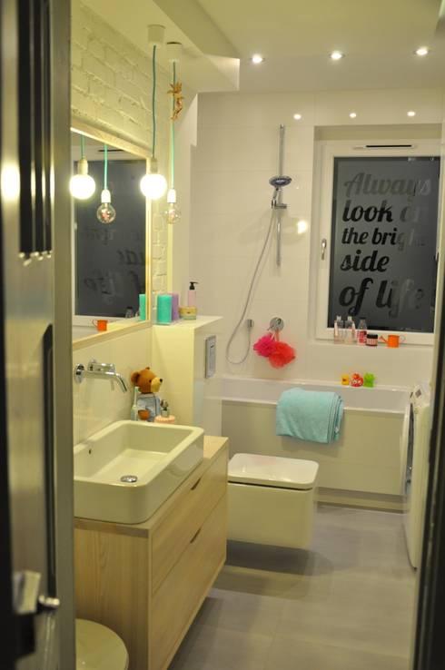 Pastelowa łazienka z przesłaniem ...Always look on the ...kto odgadnie?:): styl , w kategorii Łazienka zaprojektowany przez Perfect Home