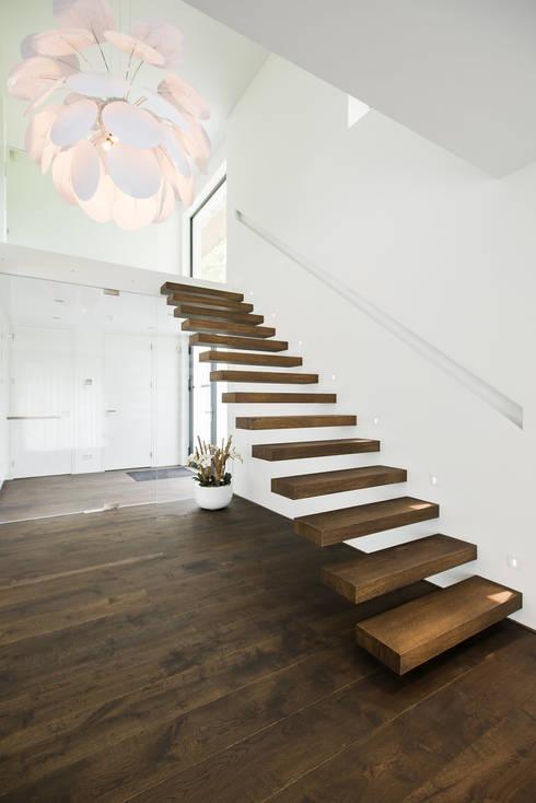 Eigentijds wonen in een rietgedekte villa:  Gang en hal door Lab32 architecten