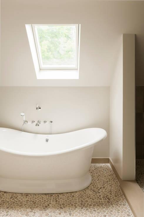 Kiezelbadkamer: landelijke Badkamer door Taps&Baths