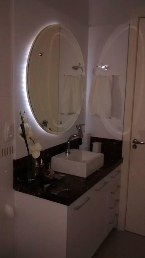 Apartamento : Banheiros modernos por Daniela Coutinho Arquitetura e Interiores