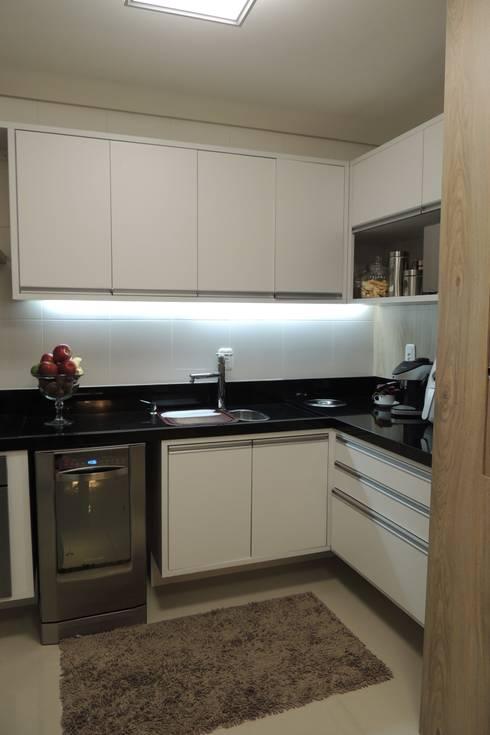 Apartamento : Cozinhas modernas por Daniela Coutinho Arquitetura e Interiores