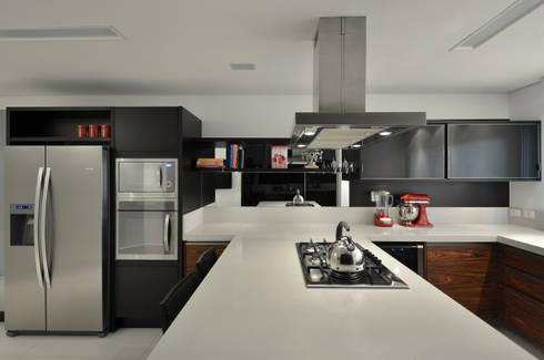 Casa Contemporânea: Cozinhas modernas por Johnny Thomsen Design de Interiores