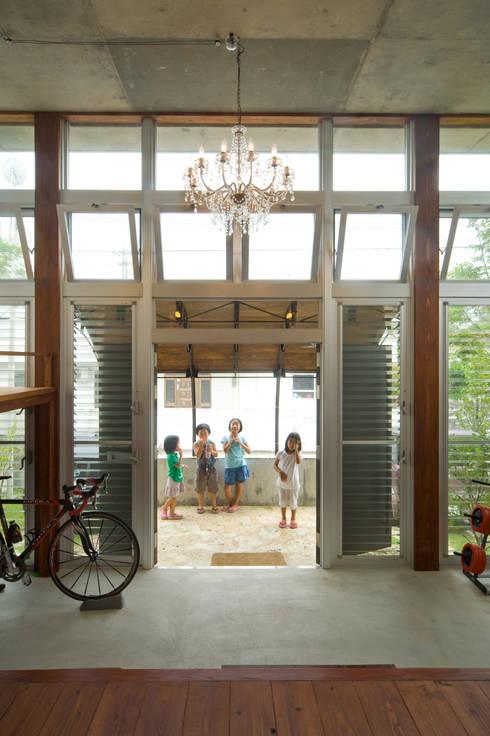 南に開いた玄関: Atelier Neroが手掛けたテラス・ベランダです。