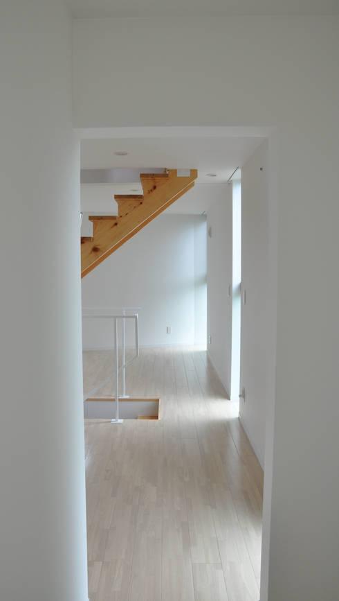 2階リビング: 清正崇建築設計スタジオが手掛けた廊下 & 玄関です。
