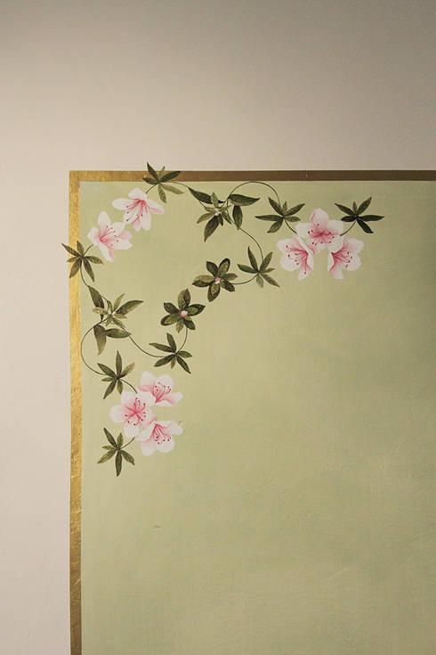 Azalee: Camera da letto in stile in stile Classico di Elena Milani Arti visive e Design
