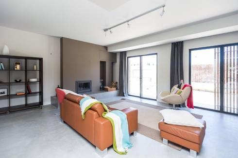 Renovação moradia em Birre | Cascais: Salas de estar modernas por shfa