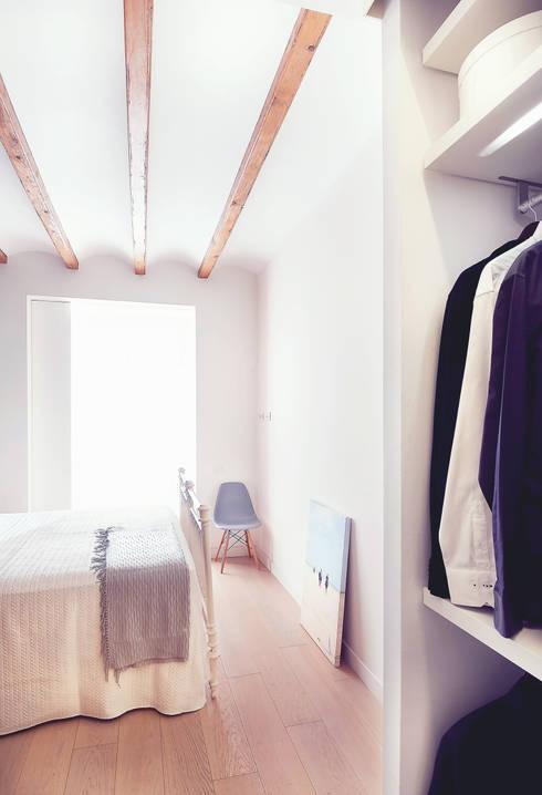 Dormitorio cálido en blanco con vestidor: Dormitorios de estilo  de Markham Stagers