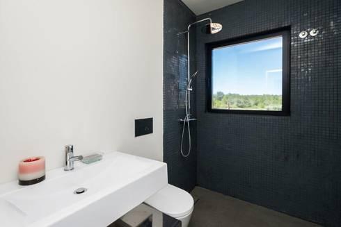 Renovação moradia em Birre | Cascais: Casas de banho modernas por shfa