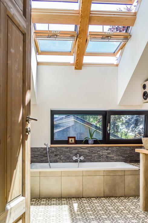 Badezimmer mit viel Tageslicht von oben:  Badezimmer von architektur. malsch - Planungsbüro für Neubau, Sanierung und Energieberatung