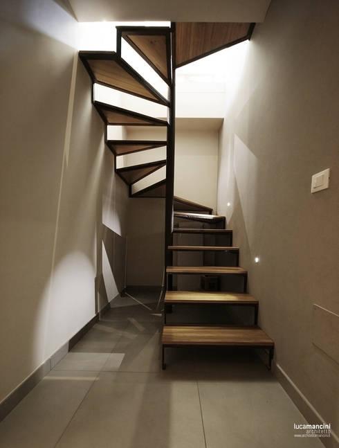 Casa in bifamiliare: Ingresso & Corridoio in stile  di Luca Mancini | Architetto