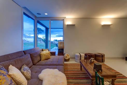 Estar Íntimo: Sala de estar  por Lage Caporali Arquitetas Associadas