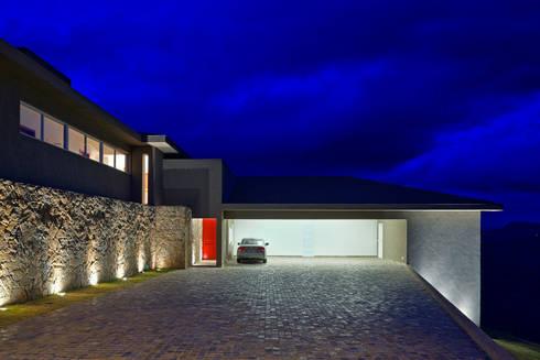 Fachada Frontal: Casas ecléticas por Lage Caporali Arquitetas Associadas