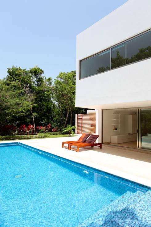 Casa T: Albercas de estilo moderno por Enrique Cabrera Arquitecto