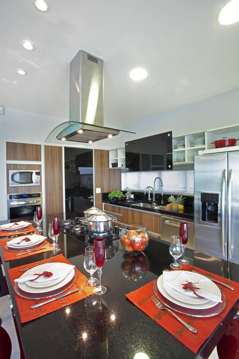 Casa Curvas no Neoclássico: Cozinhas modernas por Arquiteto Aquiles Nícolas Kílaris