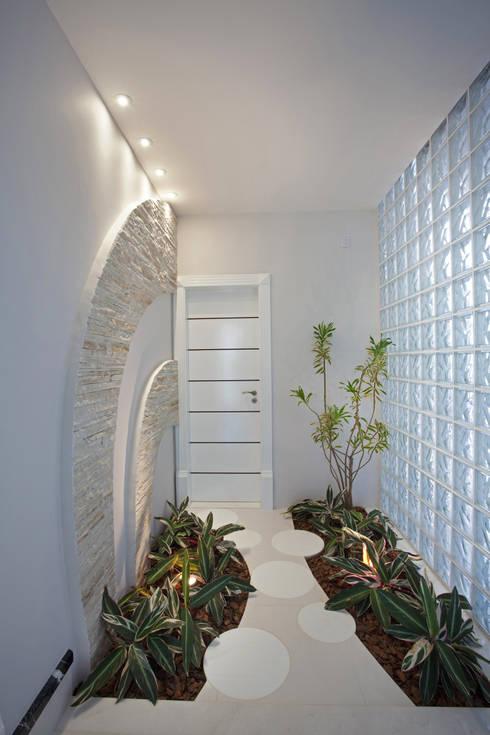 Casa Curvas no Neoclássico: Corredores e halls de entrada  por Arquiteto Aquiles Nícolas Kílaris