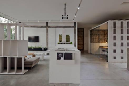 Blum showroom: Salas multimedia de estilo moderno por Taller David Dana