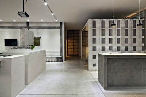 Blum showroom: Pasillos y recibidores de estilo  por Taller David Dana