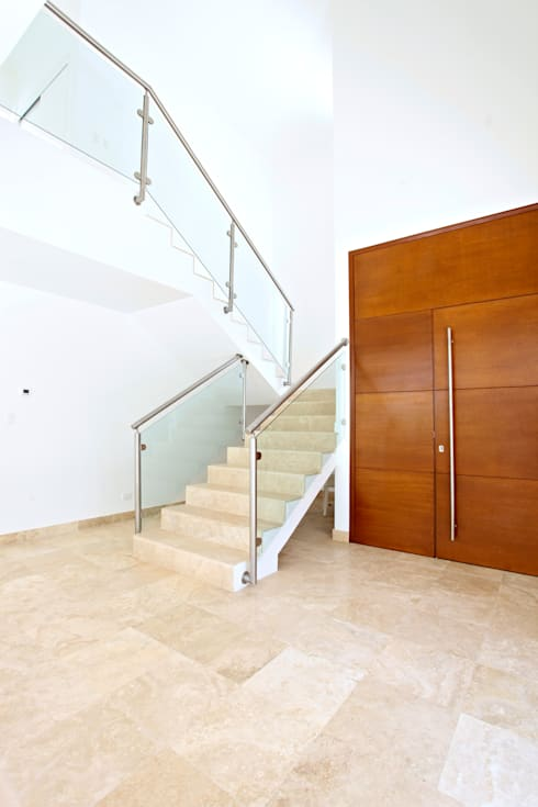 Casa T: Pasillos y recibidores de estilo  por Enrique Cabrera Arquitecto