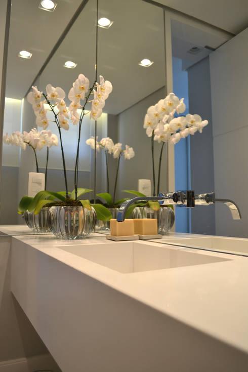Baños de estilo  por Helô Marques Associados