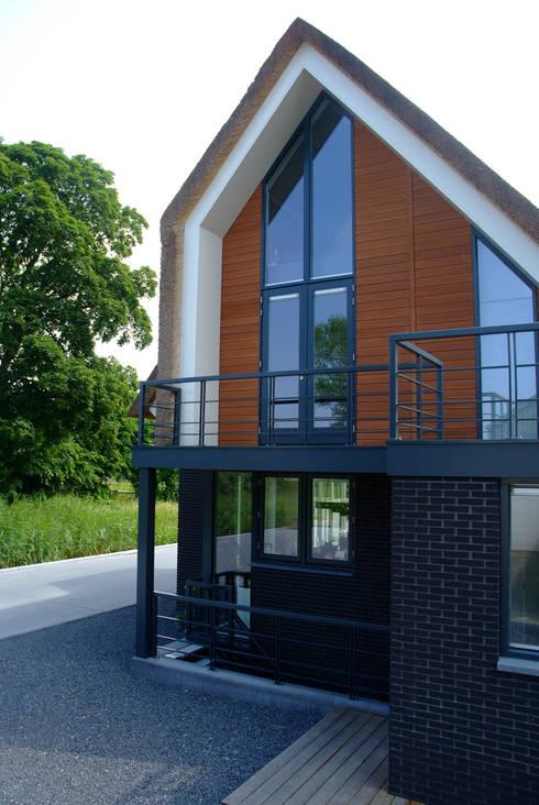 Achtergevel: moderne Huizen door MEF Architect