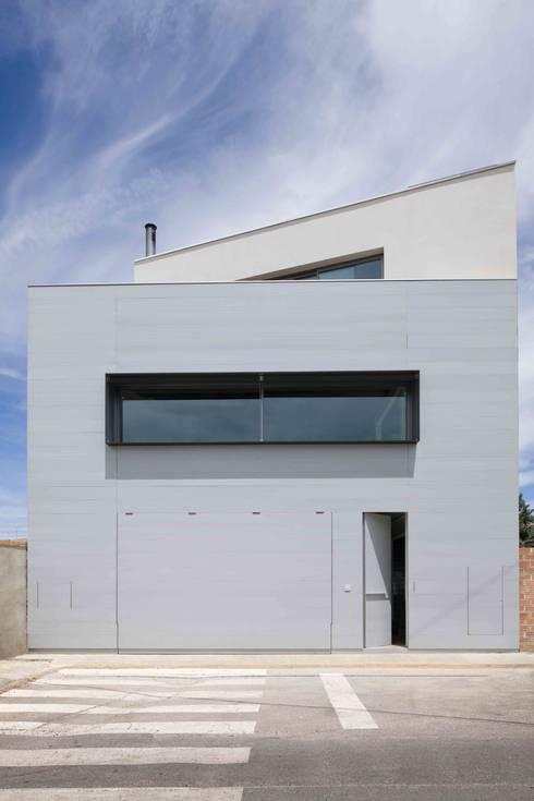 Fachada: Casas de estilo industrial de Estudi.Alfred Garcia Gotós