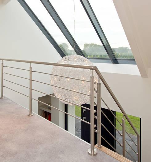 Pasillos y vestíbulos de estilo  de Building Design Architectuur