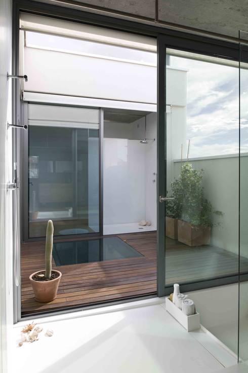 Vista terraza baño superior: Baños de estilo industrial de Estudi.Alfred Garcia Gotós