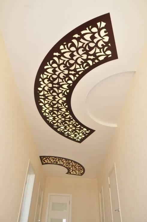 Шоколадный потолок: Прихожая, коридор и лестницы в . Автор – ООО 'Декор-завод'