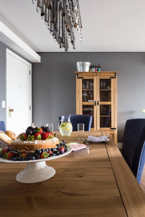 Cristaleira: Salas de jantar rústicas por Juliana Damasio Arquitetura