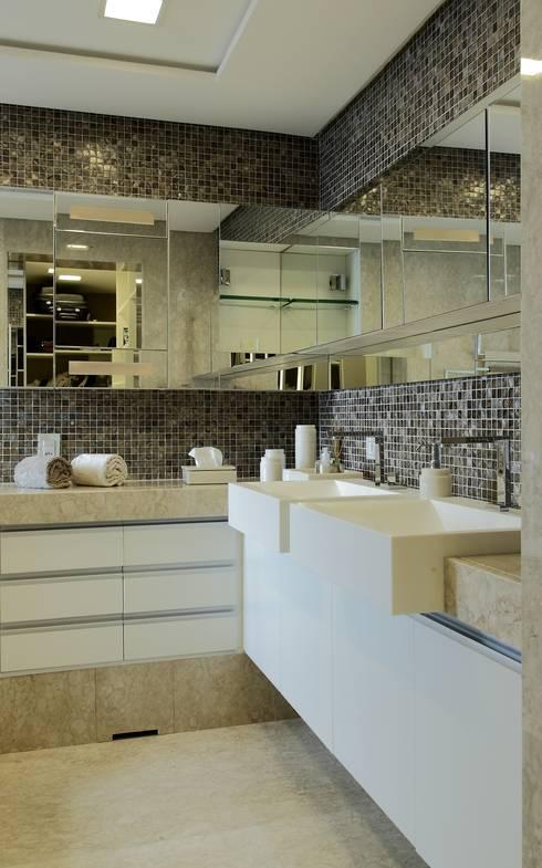 APARTAMENTO 300m2 - CASA FORTE- RECIFE-PE: Banheiros modernos por ROMERO DUARTE & ARQUITETOS