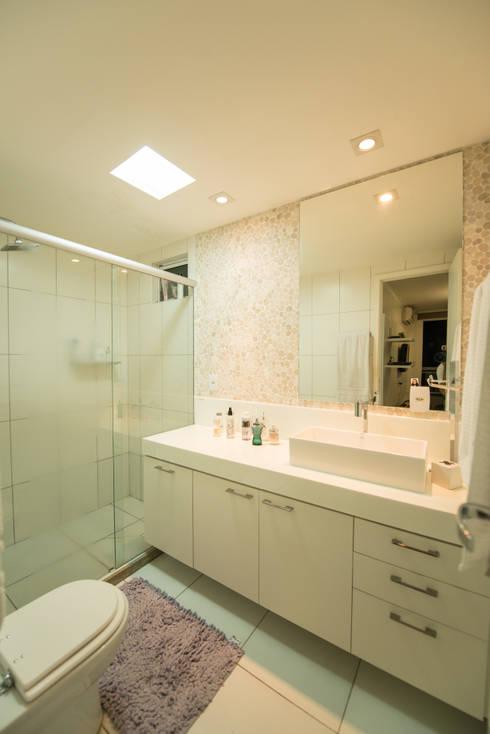 Apartamento Neutro: Banheiros minimalistas por Lina Eleutério Arquitetura