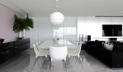 APARTAMENTO 400m2 – AV BOA VIAGEM – RECIFE/PE: Salas de jantar modernas por ROMERO DUARTE & ARQUITETOS