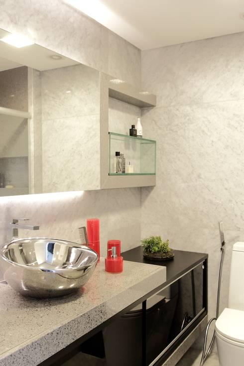APARTAMENTO 400m2 - AV BOA VIAGEM - RECIFE/PE: Banheiros  por ROMERO DUARTE & ARQUITETOS