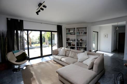Renovação moradia em Birre II   Cascais: Salas de estar modernas por shfa