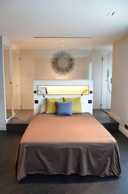 La chambre parentale, un espace grandiose avec une salle de bain et un dressing ouverts sur la pièce, comme une suite d'hôtel...: Chambre de style  par Agence MIND