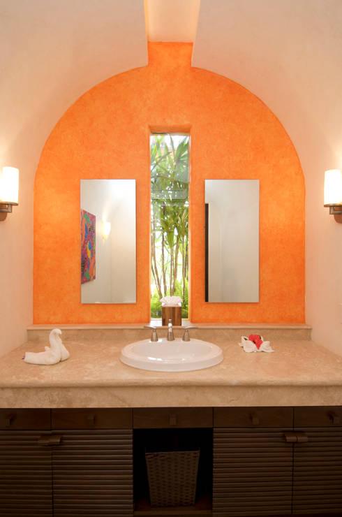 Bathroom by BR  ARQUITECTOS