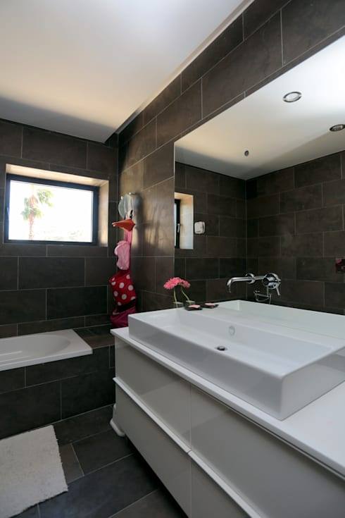 Renovação moradia em Birre II | Cascais: Casas de banho  por shfa