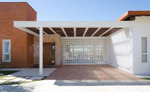 Casa Manacás: Garagens e edículas modernas por NOMA ESTUDIO