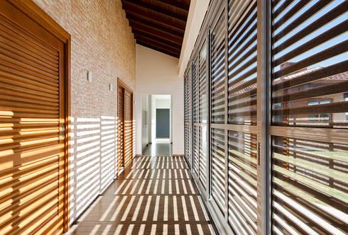 Casa Manacás: Corredores e halls de entrada  por NOMA ESTUDIO