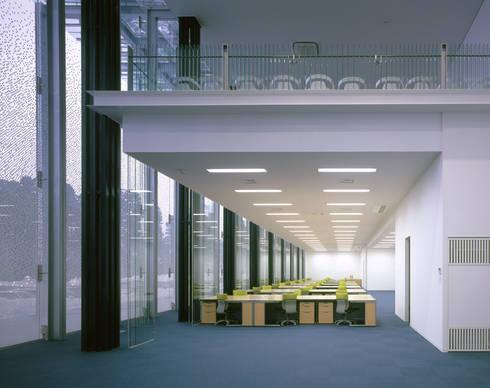 SANSHIBA Glass factory: MOAが手掛けた書斎です。