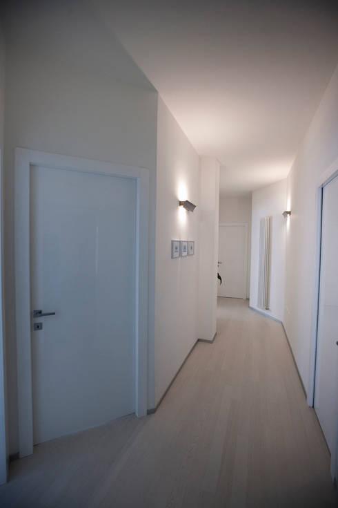 Couloir et hall d'entrée de style  par ACA19 Claudio Attorresi