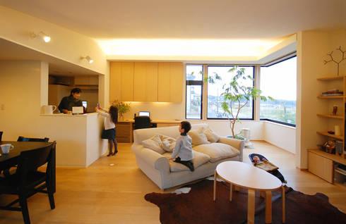 メリハリを生む高さの変化: 一級建築士事務所A-SA工房が手掛けたリビングです。