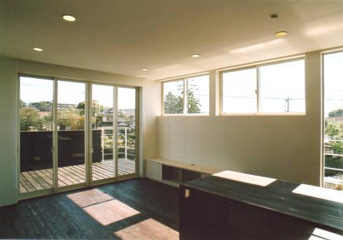 2階リビング: 阿部泰道建築設計事務所が手掛けたリビングです。