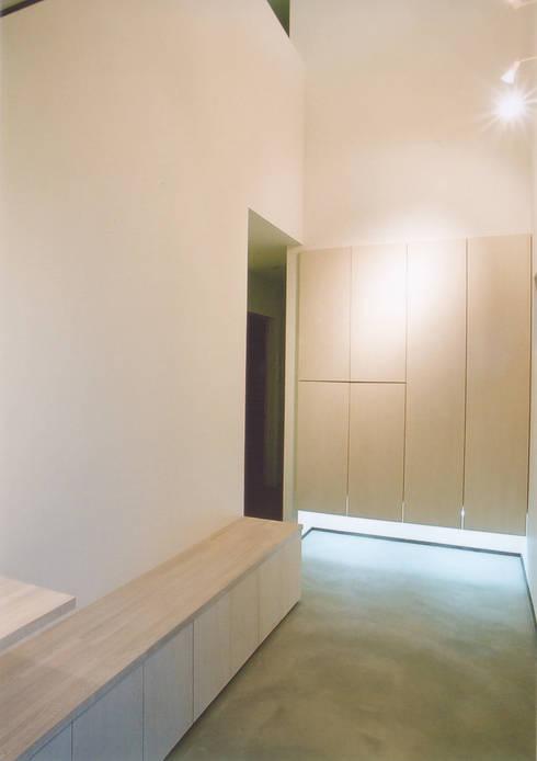 エントランスホール: 阿部泰道建築設計事務所が手掛けた壁です。