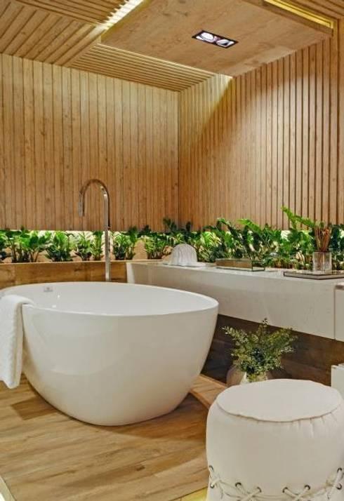 Sala de Banho do casal - Casacor Goiás 2014: Locais de eventos  por Camila Braga Arquitetura