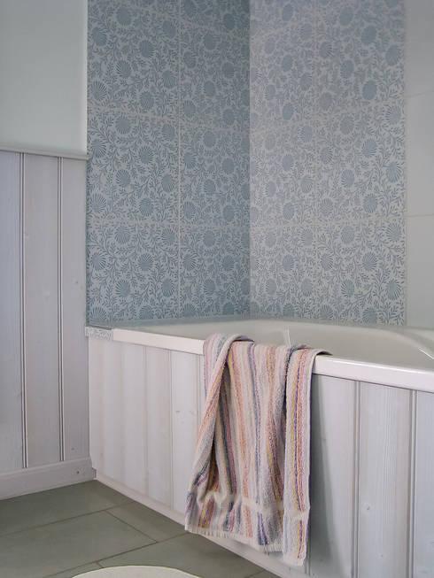 Die Skandinavisch Anmutende Holzverkleidung An Wänden Und Badewanne:  Skandinavische Badezimmer Von Architektur. Malsch
